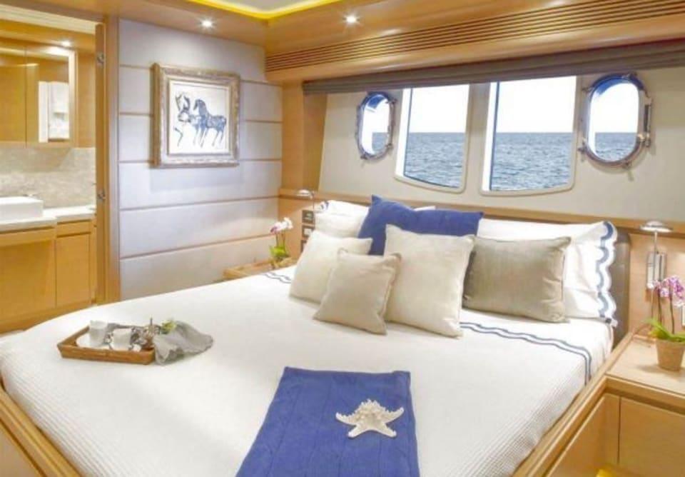 M/Y 30m Ferretti Yacht #4