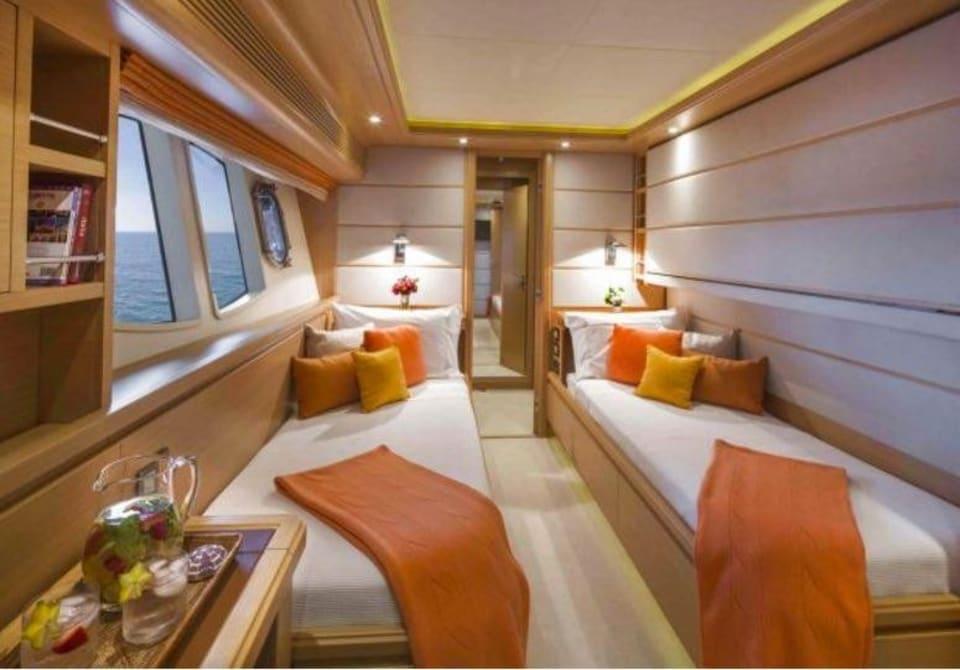 M/Y 30m Ferretti Yacht #6