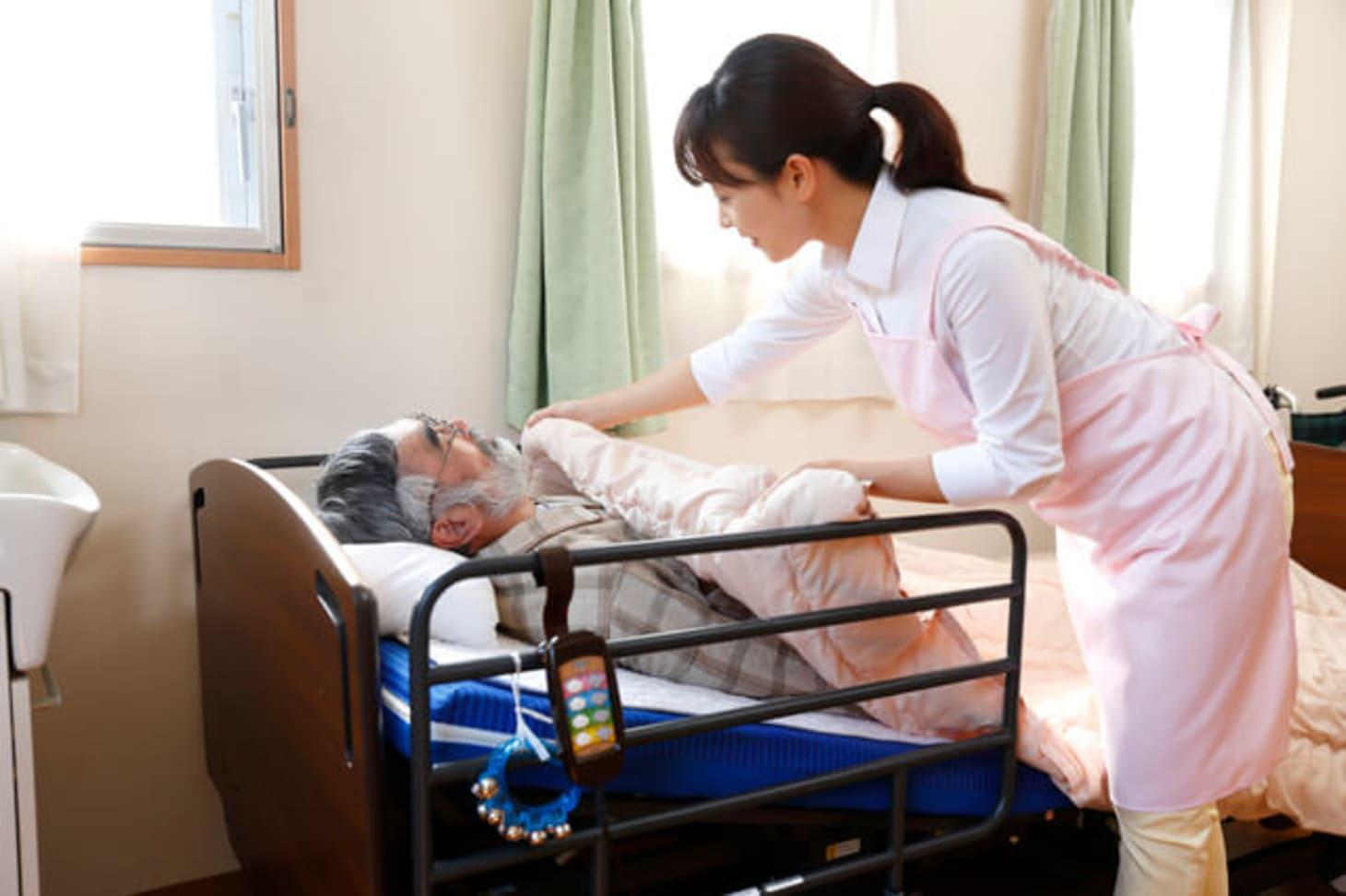 特別養護老人ホーム(特養)の介護職員の仕事内容とは?平均給料・年収も紹介!