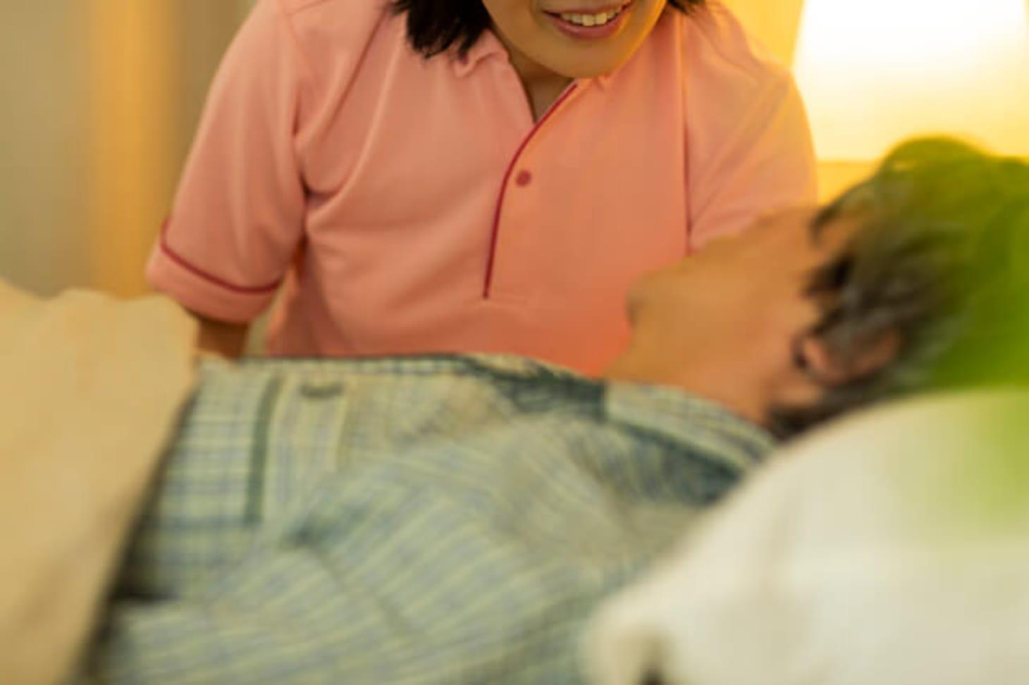 準夜勤での介護施設勤務――時間帯や給与など業務内容について