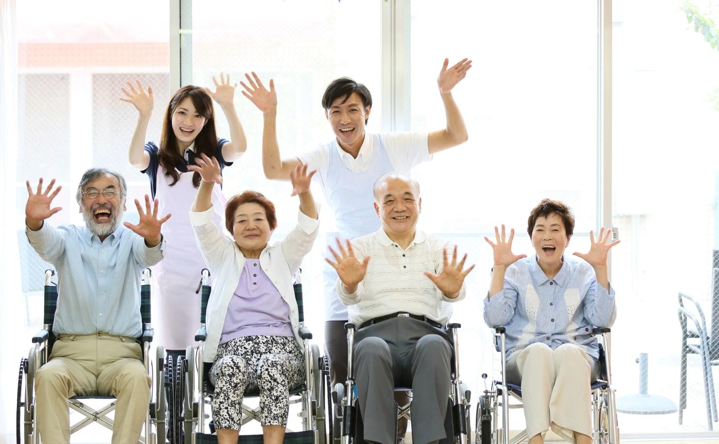 特別養護老人ホームでは、どんな職種・資格の人が働いているの?