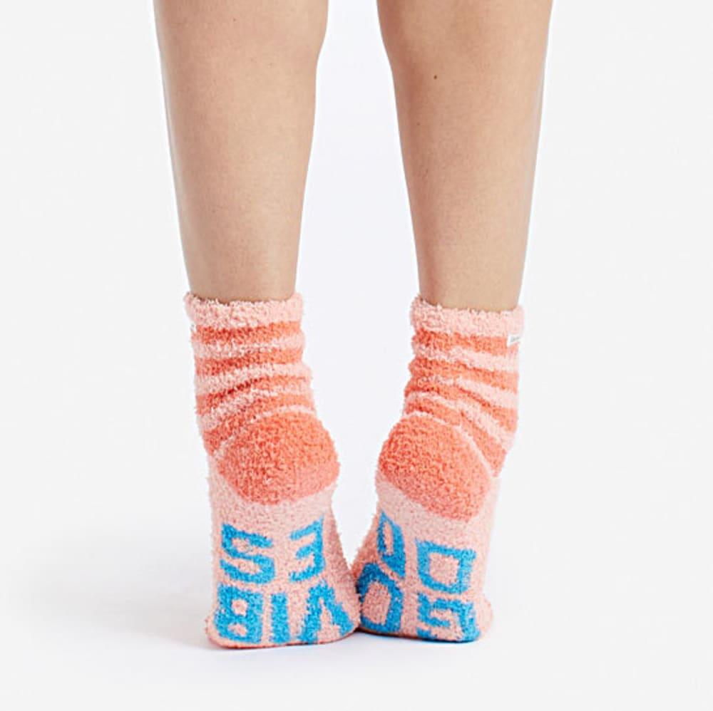 LIFE IS GOOD Women's Good Vibes Snuggle Crew Socks - CHALKY PEACH
