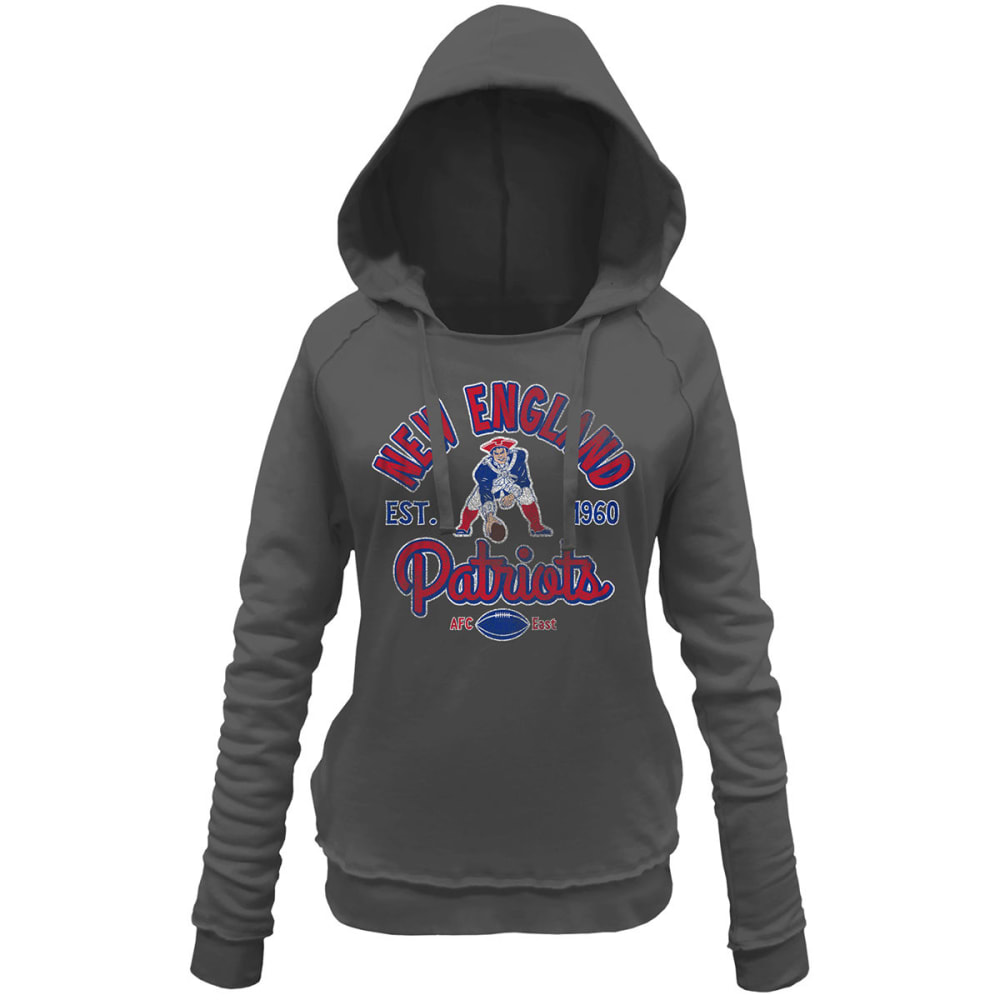 NEW ENGLAND PATRIOTS Women's Brushed Pat Patriot Fleece Pullover Hoodie - CHARCOAL