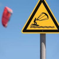 Warnung vor Kitesurfern nach ISO 20712-1 (WSW 020)