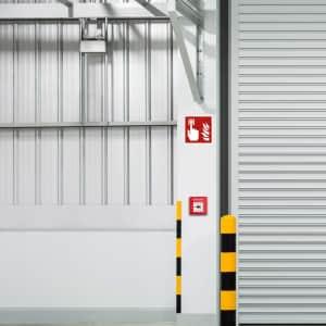 Brandmelderschild in Lagerhalle