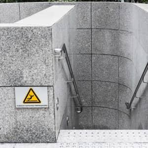 Warnschild Rutschgefahr an Treppe als Warnzeichen nach ISO 7010
