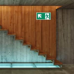 Rettungszeichen links oben Rettungsschilder Kellertreppe ISO 7010