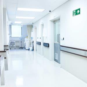 Rettungszeichen Rettungsweg rechts Krankenhaus ISO 7010
