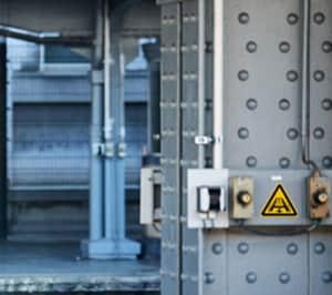 Warnung vor Gefahren durch eine Förderanlage im Gleis (BGV A8 W 29)