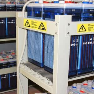 Warnetiketten Vorsicht! Spannung zwischen Gehäuse und Batterie - 3sprachig