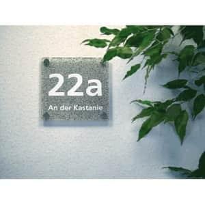 Elegantes Hausnummernschild mit Straßenangabe - Schriftfarbe weiß