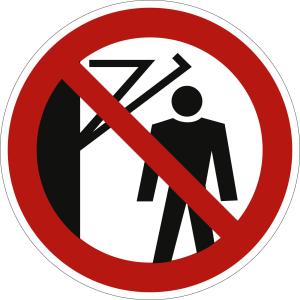 Hinter den Schwenkarm treten verboten nach DIN 4844-2 (P 023)