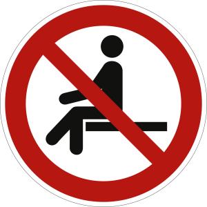 Sitzen verboten nach ISO 7010 (P 018)