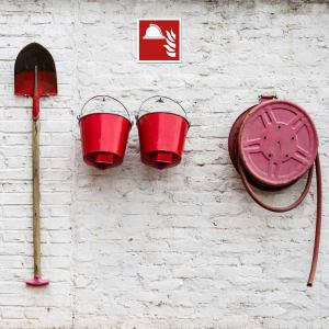 Mittel und Geräte zur Brandbekämpfung - Eimer Schaufel und Löschschlauch