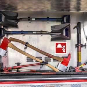 Mittel und Geräte zur Brandbekämpfung in Fahrzeug der Feuerwehr