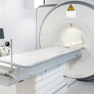 Schild Warnung vor Magnetfeld am Magnetresonanztomograph