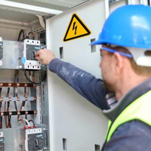 Warnung vor Elektrizität / Strom / Stromkasten