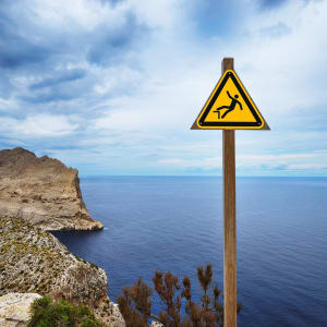 Warnschild Absturzgefahr an Klippe Warnzeichen nach ISO 7010