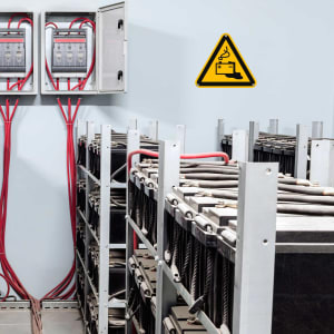 Warnschild Warnung Gefahr durch Batterien und Akkus