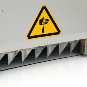 Warnschild Gefahr durch spitze Gegenstände Stanzmaschine