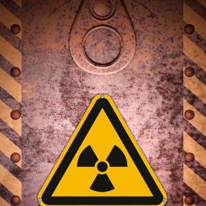 Warnschild Radioaktivität an Tür nach ISO 7010