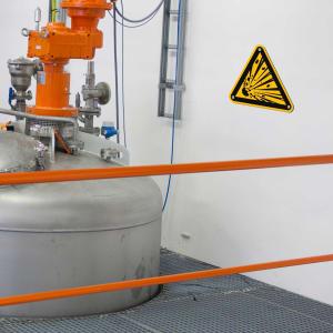 Warnschilder Explosionsgefahr am Tank nach ISO 7010