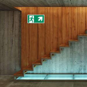 Rettungszeichen rechts oben Kellertreppe ISO 7010