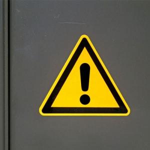 Warnung vor einer Gefahrenstelle nach ISO 7010 (W 001)