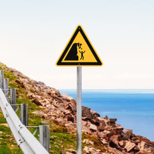 Warnung vor Steinschlag von instabiler Klippe nach ISO 20712-1 (WSW 011)