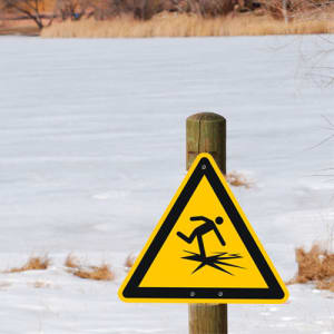 Warnung vor dünnem Eis nach ISO 20712-1 (WSW 001)
