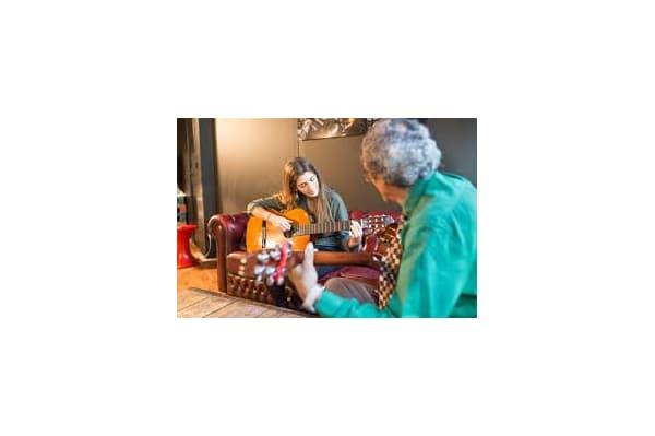 Cours de musique avec une personne retraitée