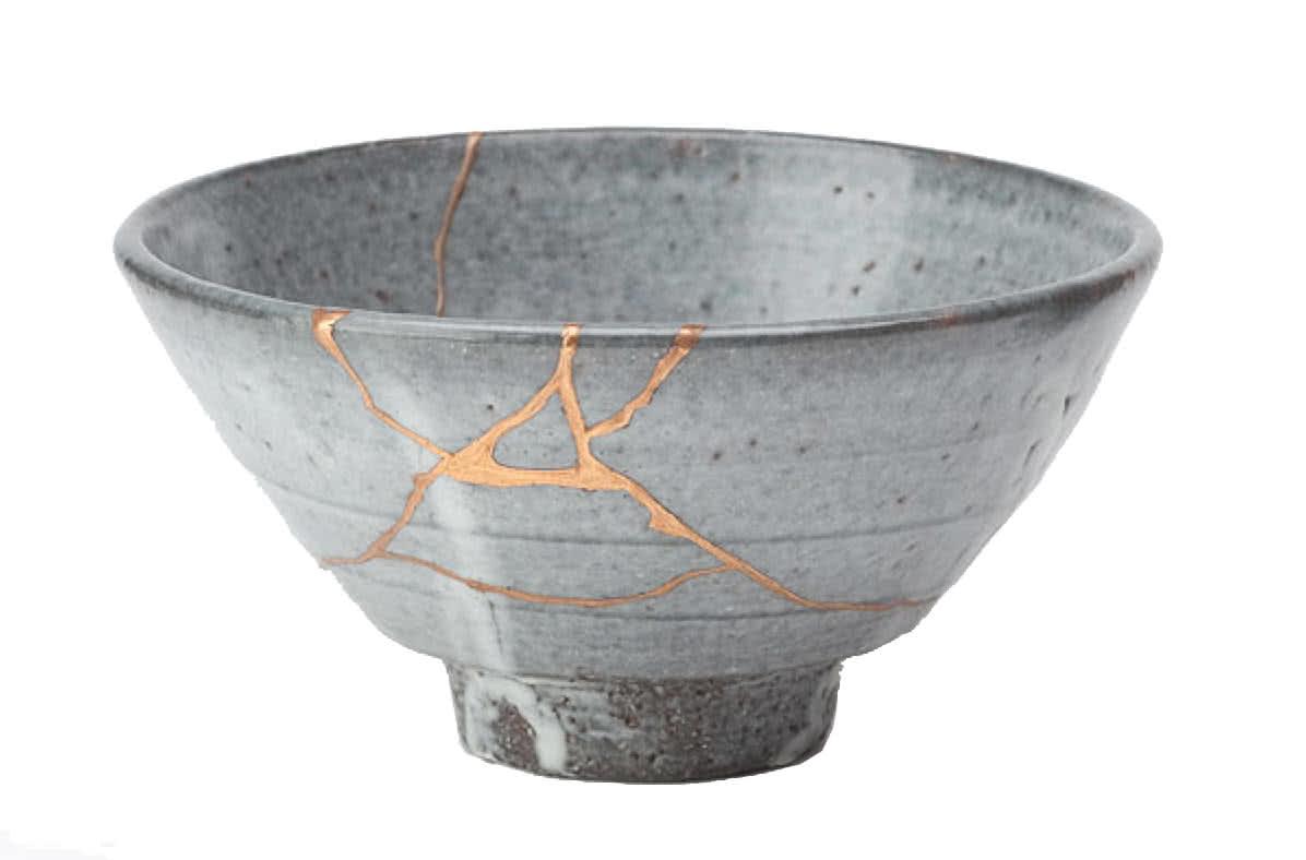 Un bol en céramique parsemé de jointures d'or qui laissent paraitre qu'il a été au préalable brisé