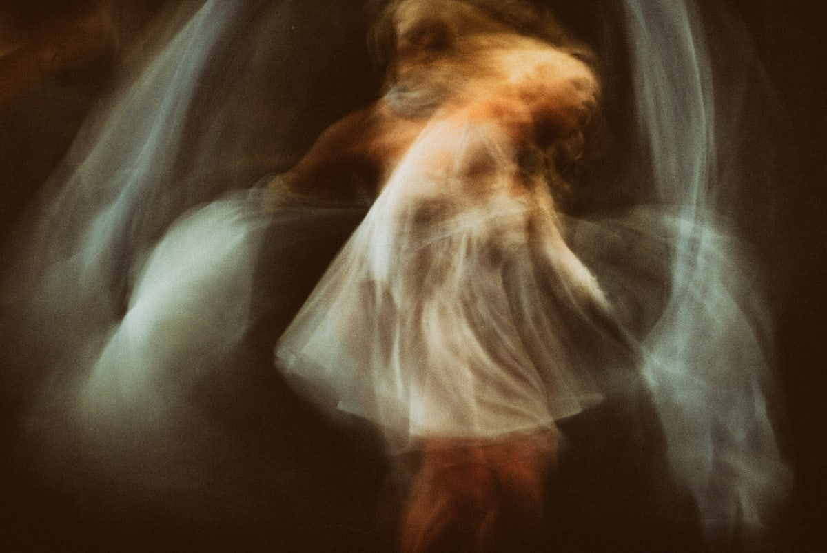 Superposition of several photos of a dancer in movement. Each movement is captured and yet it is impossible to grasp the continuum on a static image.