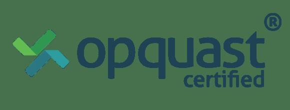 """Le mot """"opquast"""" avec, en dessous, écrit """"certified"""". À gauche, un logo abstrait en nuances de vert."""