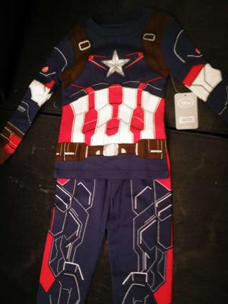 Un pyjama qui ressemble à un costume de Captain America