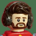 Le buste d'un personnage Lego. Il a des cheveux ondulés, une barbe, et un micro-casque.