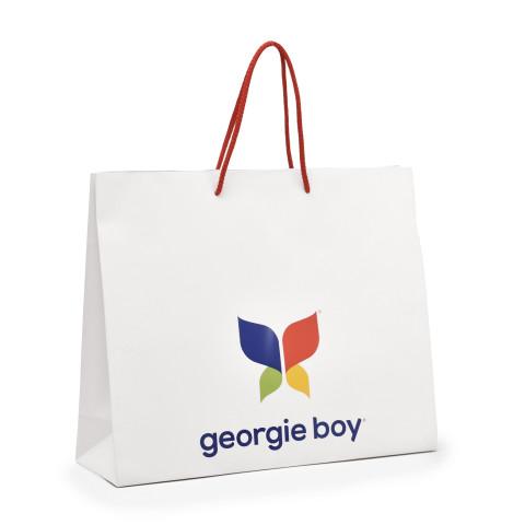 Bolsa impresa en papel sobre fondo blanco con logotipo Georgie Boy y barniz UV a registro.
