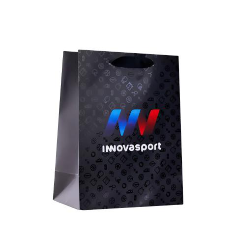 Bolsa en color negro con barniz a registro fabricada en papel para la marca Innovasport