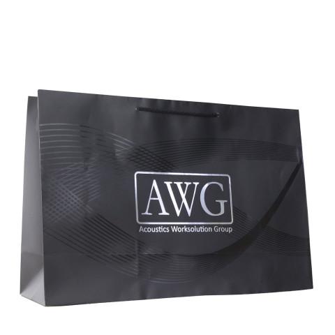 Bolsa de papel con aplicación de barniz a registro y logotipo impreso de la marca AWG.