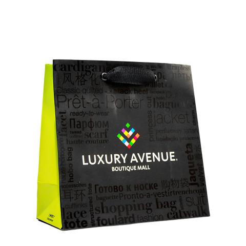 Bolsa de papel impresa con acabado de barniz UV a registro Luxury Avenue.
