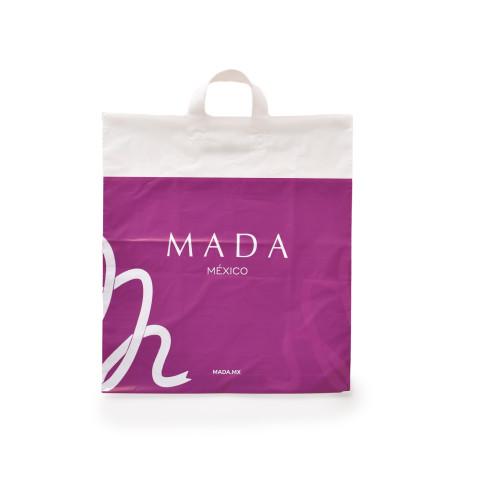 Bolsa biodegradable con impresión a una tinta con la marca MADA.