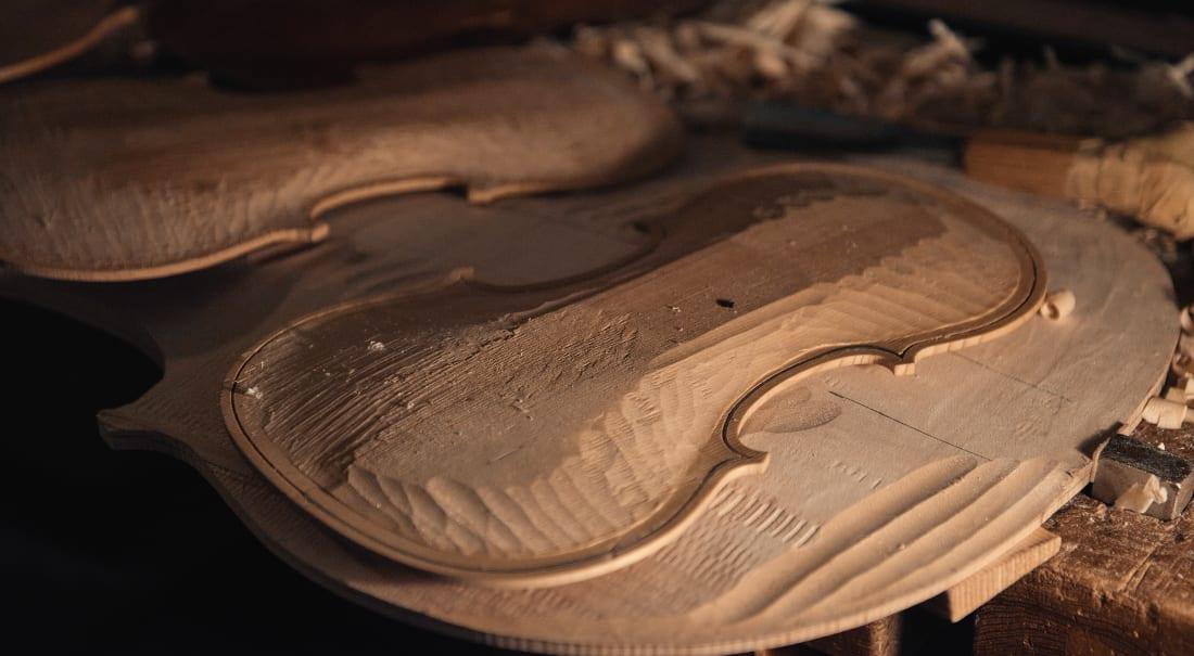 lavorazione del legno per un violino
