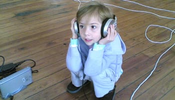 kid-listening-to-music-o