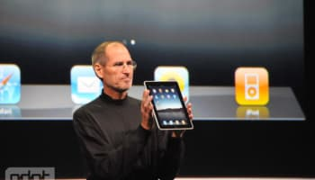 steve-jobs-holding-ipad-from-gdgt-o-640×480