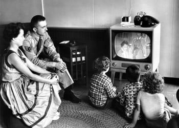 50s-family-watching-tv-o