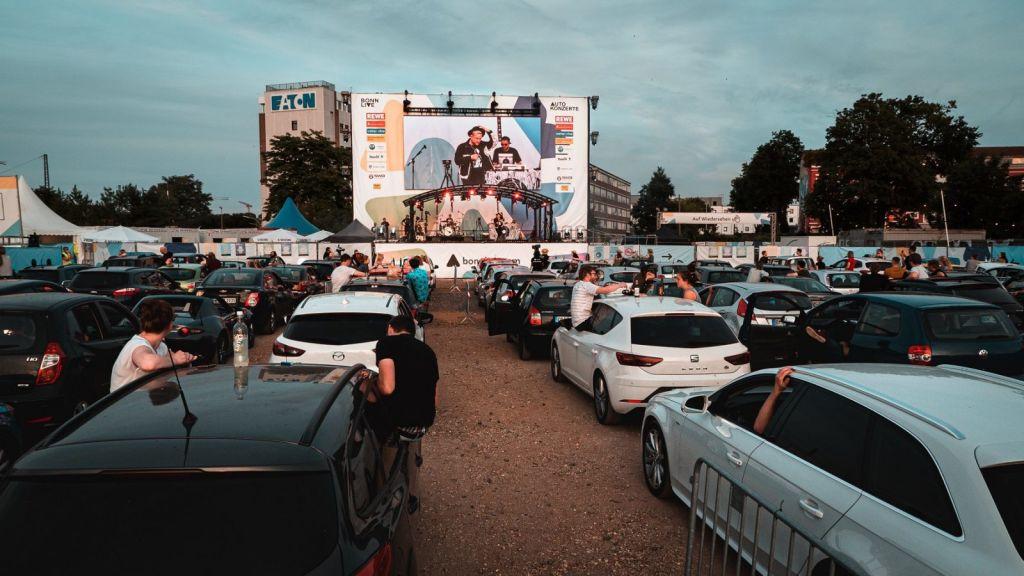 Letní kino v autech