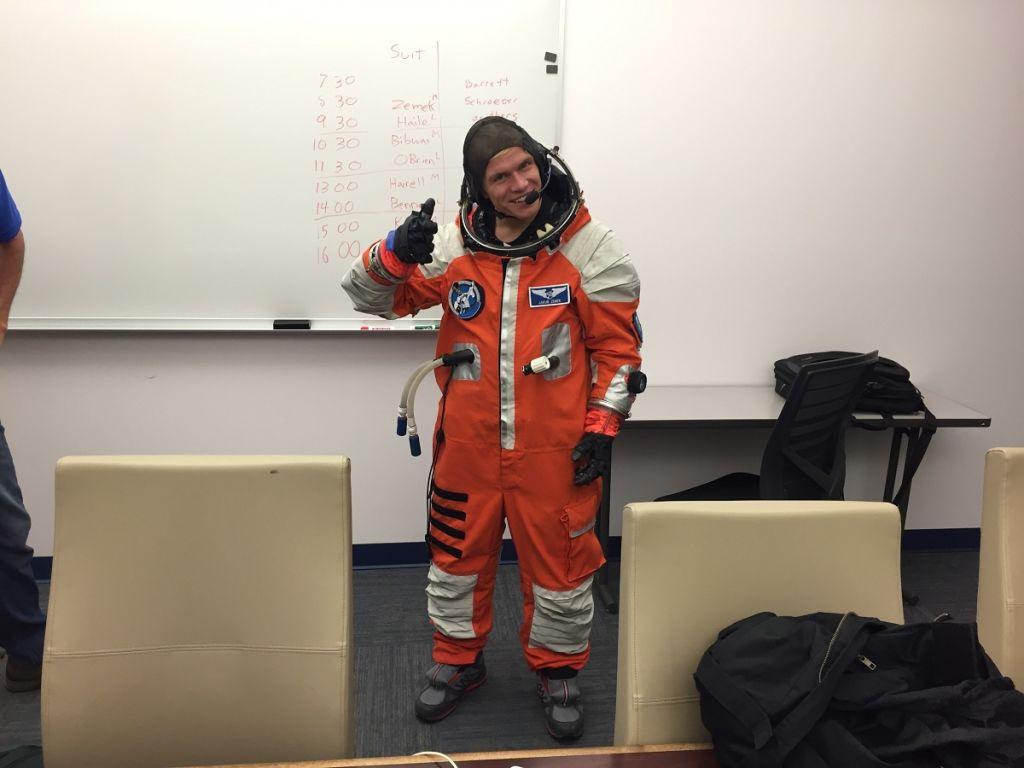 kosmonaut Zemek ve skafandru