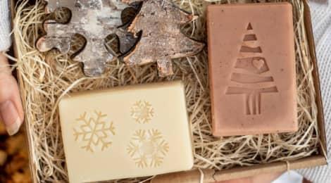 Co můžete letos do vánočně laděného balicího papíru ukrýt? 22 tipů na dárky!