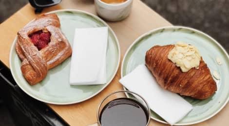 Spadla Anička do kafíčka: Kavárenské povalečství si ospravedlňujeme tím, že na kavárny píšeme recenze