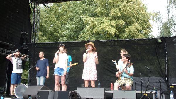 I nafrněná Bára Poláková přišla zazpívat na nový pražský festival.